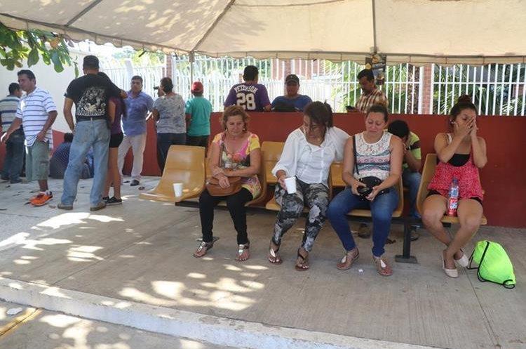 Familiares y amigos de las cinco víctimas permanecen consternados esperando los cadáveres. (Foto Prensa Libre: Whitmer Barrera)