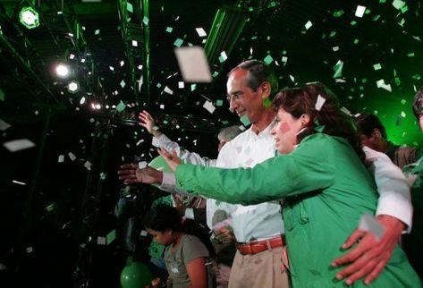 El presidente Álvaro Colom y su entonces esposa Sandra Torres en  un acto político en 2007. (Foto Prensa Libre: AFP)