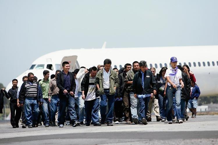 Arriba al aeropuerto un vuelo procedente de EEUU, con varios  migrantes guatemaltecos deportados. (Foto Prensa Libre:ARCHIVO).