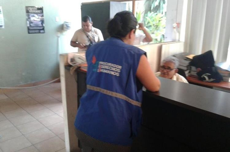 Delegada de la Procuraduría de la PDH en Suchitepéquez presentó una denuncia ante el Ministerio Público en contra del alcalde de Patulul. (Foto Prensa Libre: Cristian Icó)