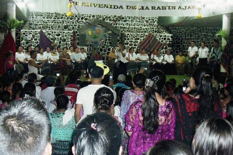Vecinos de El Estor, Izabal, reciben a Delia Marisela Maquín Cucul, nueva Rabín Ajaw. (Foto Prensa Libre: Edwin Perdomo)