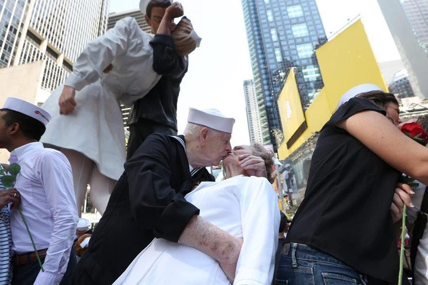 Algunos recrearon el traje exacto que llevaba la pareja hace 70 años. (Foto Prensa Libre: EFE):