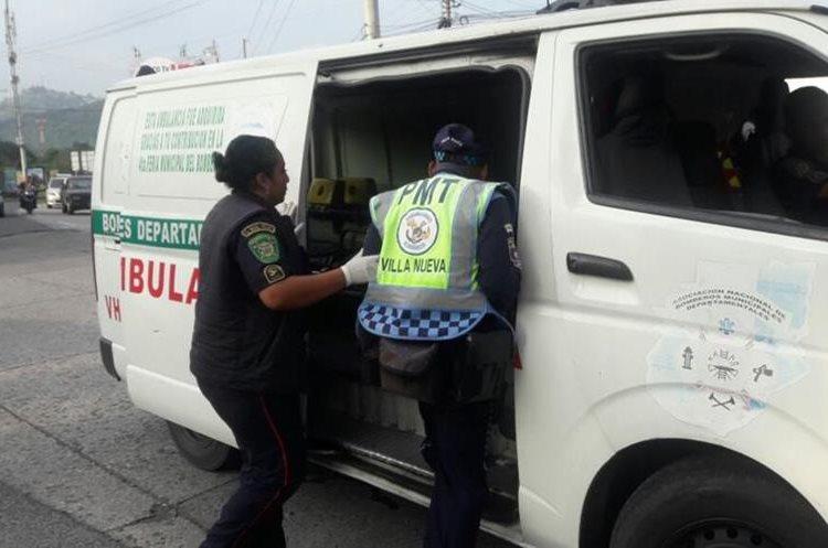 Agente agredido es trasladado a un centro asistencial. Foto Prensa Libre: Dalia Santos.