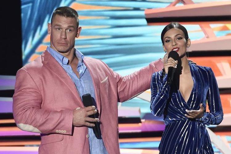 John Cena y Victoria durante su particiupación en el show. (Foto Prensa Libre: AP)