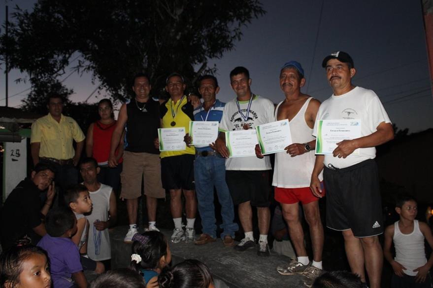 Vecinos de Poptún, Petén, reciben diploma de participación en carrera pedestre. (Foto Prensa Libre: Walfredo Obando)