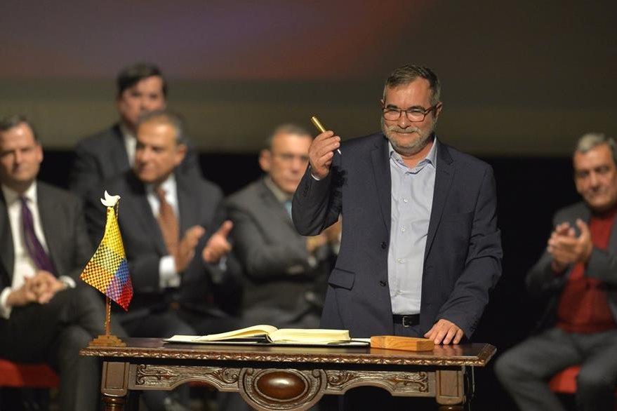 """""""Timochenko"""", líder máximo de las Farc firma el renegociado acuerdo. (Foto Prensa Libre: AFP)."""