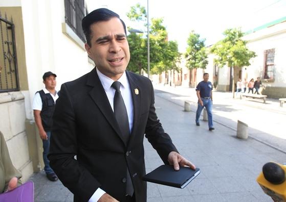 Neto Bran sale de Casa Presidencial tras no conseguir reunirse con el presidente Alejandro Maldonado. (Foto Prensa Libre: Esbin García)