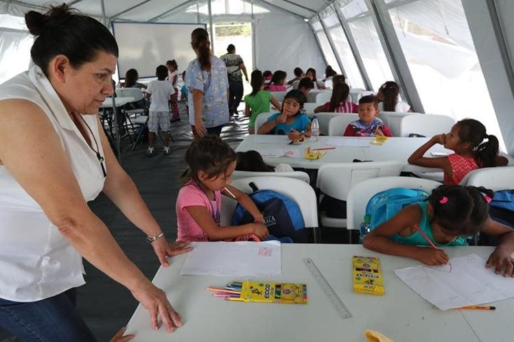 El calor dentro de las carpas y en algunos casos la falta de desayuno en los estudiantes complican sus aprendizaje. (Foto Prensa Libre: Estuardo Paredes)