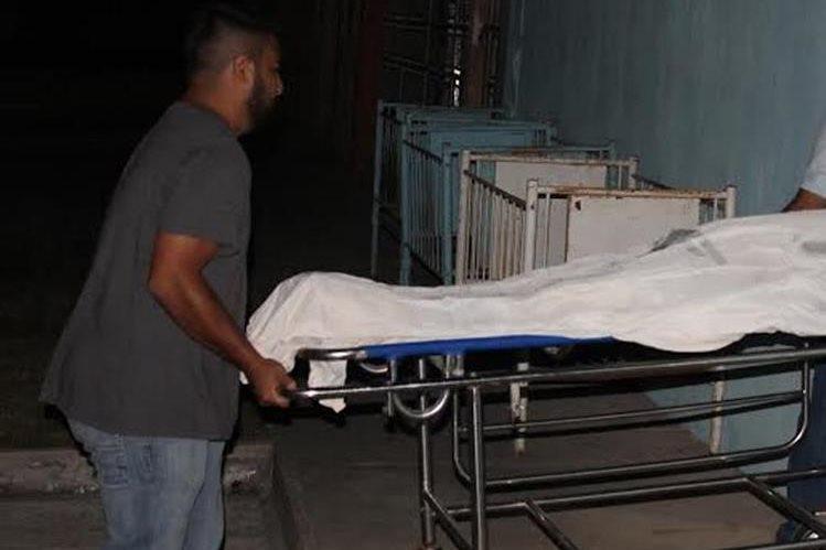 El cadáver de la víctima es trasladado a la morgue. (Foto Prensa Libre: Walfredo Obando).