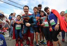 Familias disfrazadas de superhéroes recorren la Avenida Reforma.
