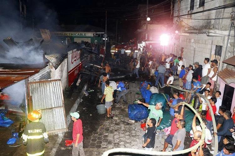 Vecinos ayudan a contralar incendio estructural en la zona 1 de Retalhuleu. (Foto Prensa Libre: Rolando Miranda).