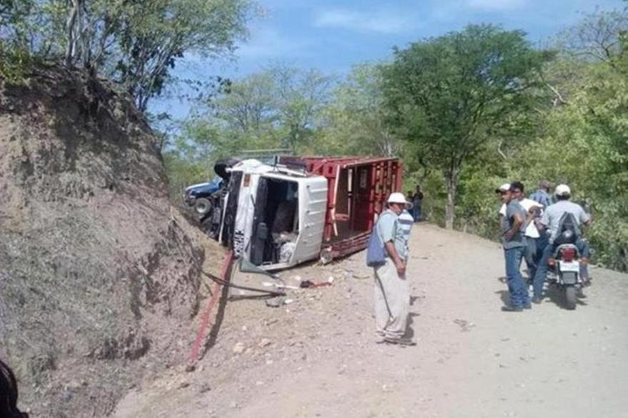 Camión que se accidentó con simpatizantes de Líder, en Zacapa. (Foto Prensa Libre: Hemeroteca PL)
