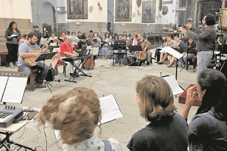 En la Catedral Metropolitana se presentará una obra policoral del siglo XVIII, para finalizar los festejos por el bicentenario de la inauguración del emblemático recinto religioso. (Foto Prensa Libre: cortesía Gaby Quintana).