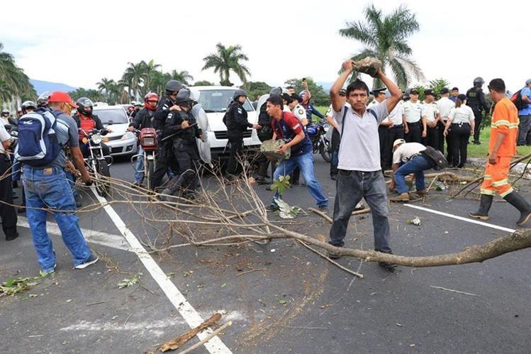 Luego del diálogo con autoridades, manifestantes quitaron el bloqueo que mantenían en el km 55 de la Autopista Palín-Escuintla. (Foto Prensa Libre: Enrique Paredes).