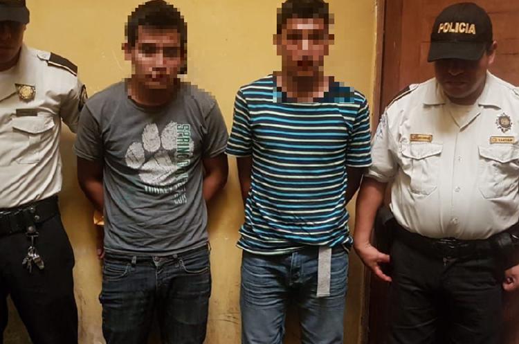 Los dos sospechosos de haber participado en el ataque contra piloto de bus en Mazatenango. (Foto Prensa Libre: Cristian Soto).