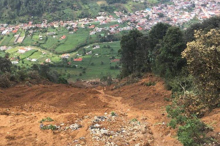 El deslizamiento de tierra en San Pedro Soloma dejó 12 víctimas mortales. (Foto Prensa Libre: Mike Castillo)