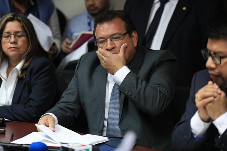 El secretario de la SAAS fue cuestionado por diputados sobre la compra de los artículos personas para el presidente y los excesivos costos. (Foto Prensa Libre: Carlos Hernández)