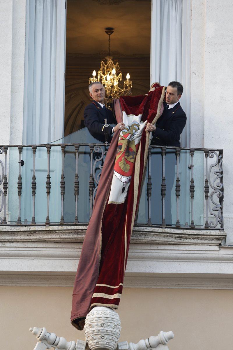 Empleados del Vaticano retiran el distintivo con el escudo papal tras la última aparición de Benedicto XVI como Pontífice de la Iglesia Católica. (Foto: AP)