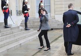 Anne Hidalgo visitó la zona de aficionados de Irlanda del Norte en la Torre Eiffel para felicitarlos. (Foto Prensa Libre: AFP)
