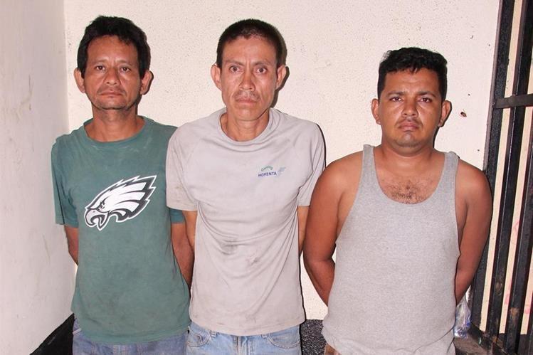 Los tres capturados son trasladados a la subestación de la PNC en Masagua, Escuintla. (Foto Prensa Libre: Carlos E. Paredes)