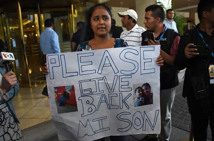 Elsa Ortiz pide que le devuelva a su hijo, durante una protesta frente al hotel donde el pasado 10 de julio funcionarios de EE. UU., México y Centroamérica debatieron sobre migración ilegal. (Foto Prensa Libre: AFP)