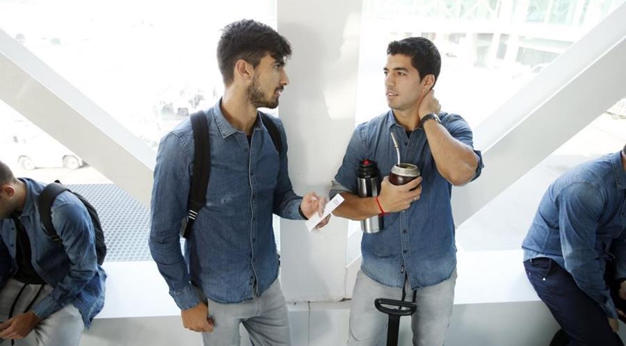 André Gómez converse con Luis Suárez a su llegada a Alemania para el partido de mañana. (Foto Prensa Libre: FC Barcelona)