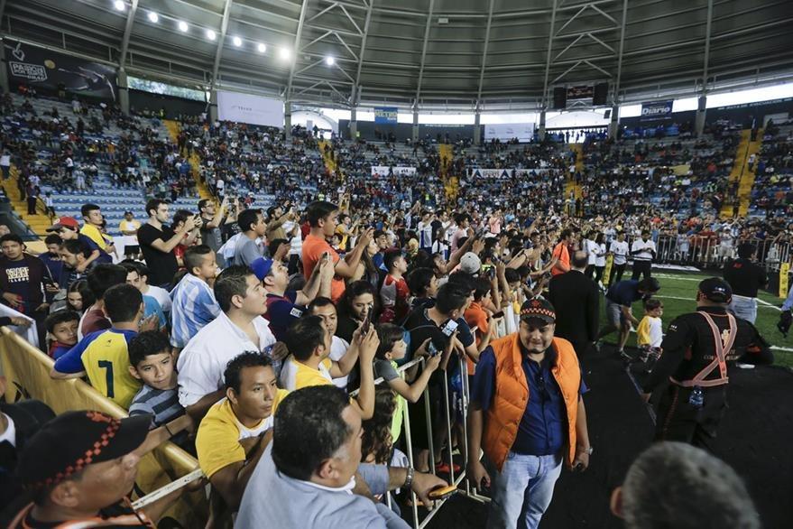 Los fans de Mascherano esperaban más del jugador del FC Barcelona. (Foto Prensa Libre: Norvin Mendoza)