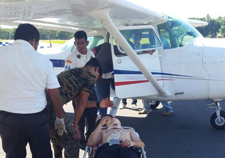 Uno de los heridos es trasladado vía aérea a un hospital. (Foto Prensa Libre: Enrique Paredes).
