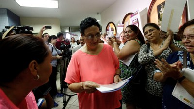 La presidenta de la Asamblea Legislativa de El Salvador, Lorena Mendoza, al momento que ingresa la ley rodeada de activistas. (Foto: Asamblea Legislativa El Salvador).