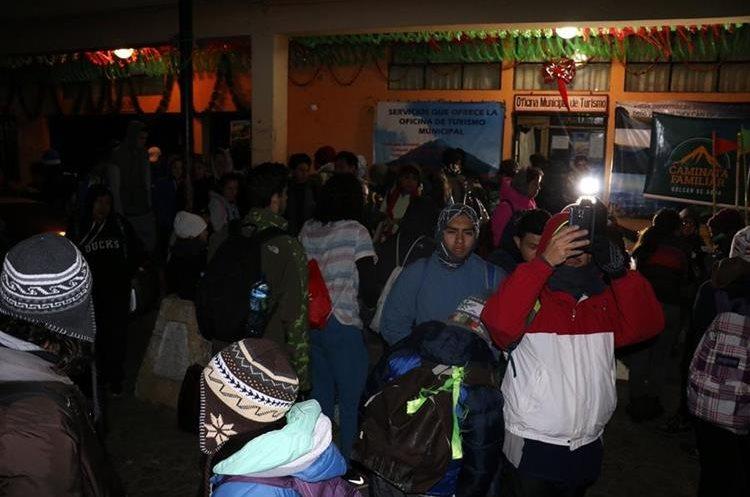 El frio de la madrugada no fue impedimento para los participantes. (Foto Prensa Libre: Renato Melgar)