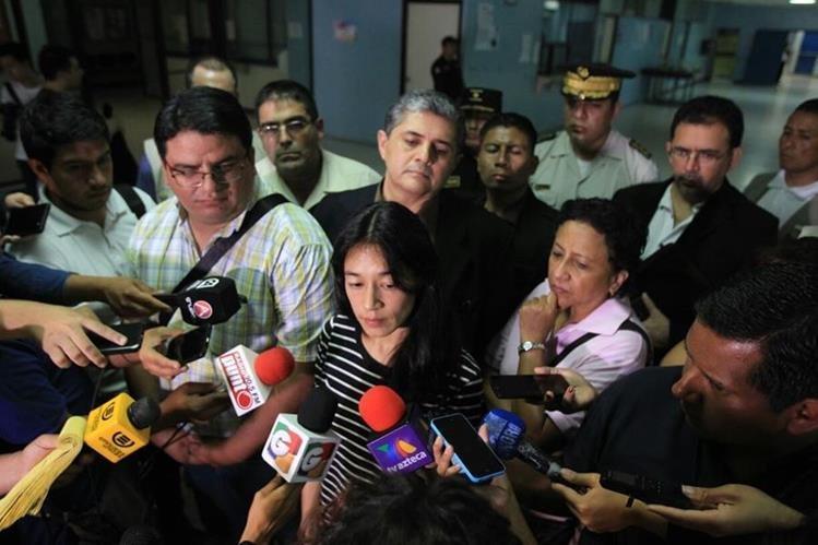 Lucrecia Hernández Mack, ministra de Salud, habla a los medios sobre la petición relacionada con el traslado de reos. (Foto Prensa Libre: Esbin García)