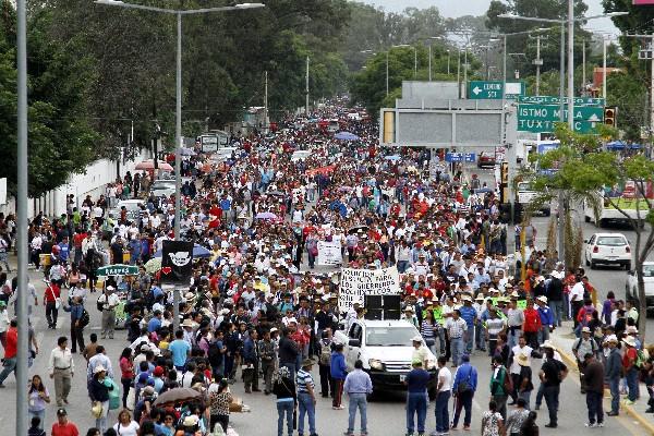 Maestros disidentes marchan en las calles de la ciudad de Oaxaca,México.(Foto prensa Libre;EFE).