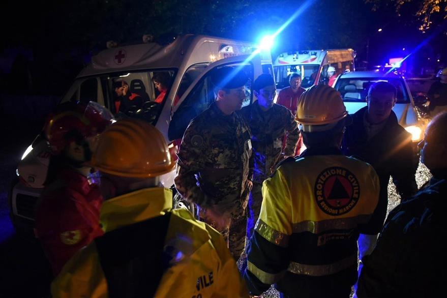 Rescatistas reunidos en Visso, región afectada por los fuertes temblores. (Foto Prensa Libre: AP).