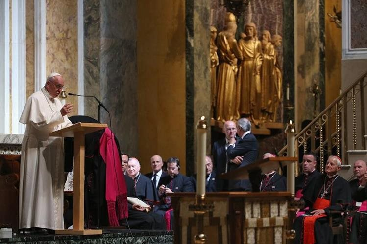 El papa Francisco se dirige a los cardenales y obispos de EE. UU. durante la reunión que sostuvo con ellos en la catedral San Mateo de Washington. (Foto Prensa Libre: AP).