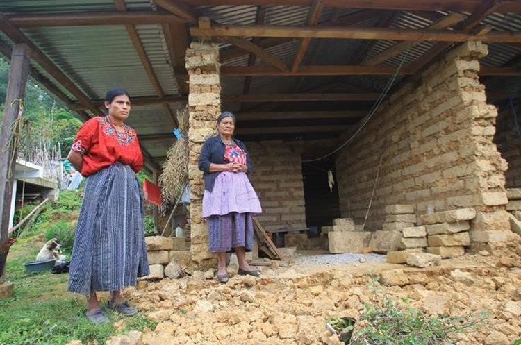 Dos mujeres observan los daños que causó el temblor en el caserío Tichumel, Tectitán, Huehuetenango. (Foto Prensa Libre: Álvaro Interiano).