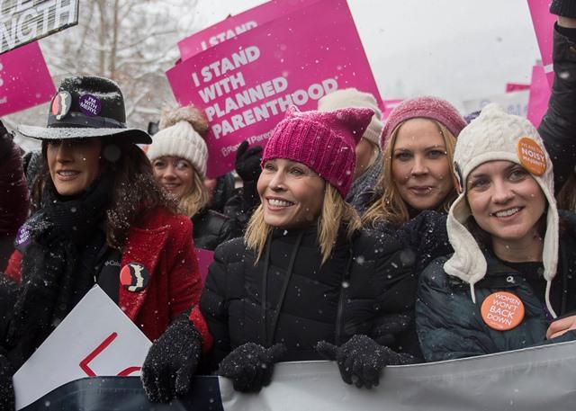La actriz y comediante Chelsea Handler, en medio, durante su participación en la Marcha de las Mujeres en Park City, Utah. (Foto Prensa Libre: AP).
