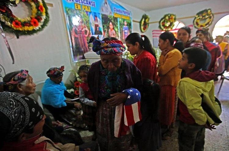 Cientos de personas dan el pésame a padres y familia de Claudia Gómez Gonzáles, migrante guatemalteca asesinada en Estados Unidos.