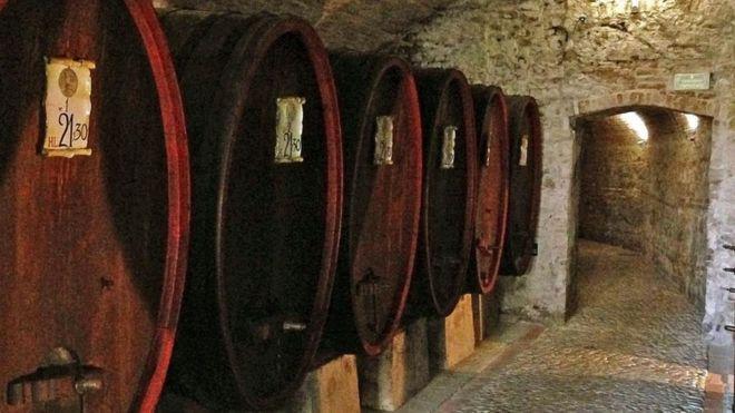 El túnel que conecta la casa de Maquiavelo con la taberna sirve de bodega de barricas de vino. SILVIA MARCHETTI
