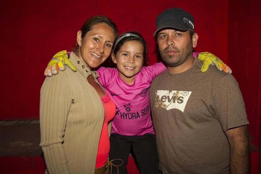 La pequeña  portera posa junto a sus padres  Jeanne y Vidal, quienes  han apoyado de manera incondicional  su pasión al deporte. (Foto Prensa Libre: Norvin Mendoza)