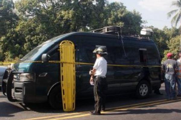 """<p>Socorristas examinan cuerpo de piloto muerto en la ruta al Puerto San José, Escuintla. (Foto Prensa Libre: Melvin Sandoval)<br _mce_bogus=""""1""""></p>"""