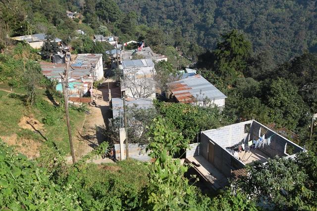 Construcciones en el área de desarrollo urbano del cerro Alux. El área protegida empieza a unos 150 metros del parque central de Mixco,  en la zona 1 de ese municipio. (Foto: Hemeroteca PL)