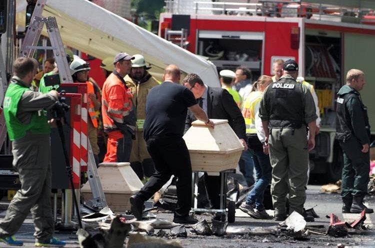 Cuerpos de socorro trabajan en el lugar del siniestro. (Foto Prensa Libre: AFP)