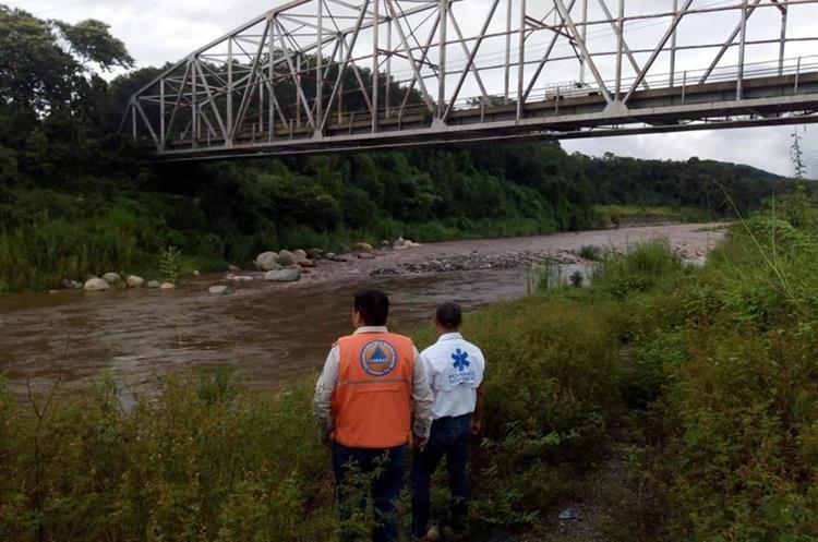 La Conred supervisa el aumento del caudal de los río en Mazatenango, Suchitepéquez. (Foto Prensa Libre: Cristian I. Soto)