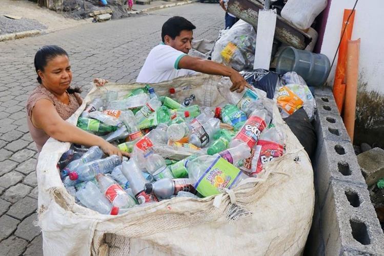 Los esposos Efraín Mejía y Gladis Mazariegos trabajan juntos en la recolección de materiales reciclables. (Foto Prensa Libre: Rolando Miranda)