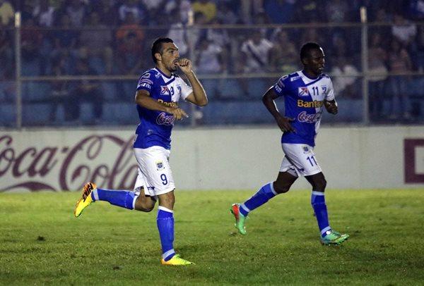Ángel Prudencio (i) celebra el gol que le anotó a Xelajú MC (Foto Prensa Libre: Carlos Ventura)
