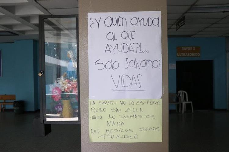 Este es uno de los carteles que hay en la consulta externa desde que los médicos estan en asamblea. (Foto Prensa Libre: María José Longo)
