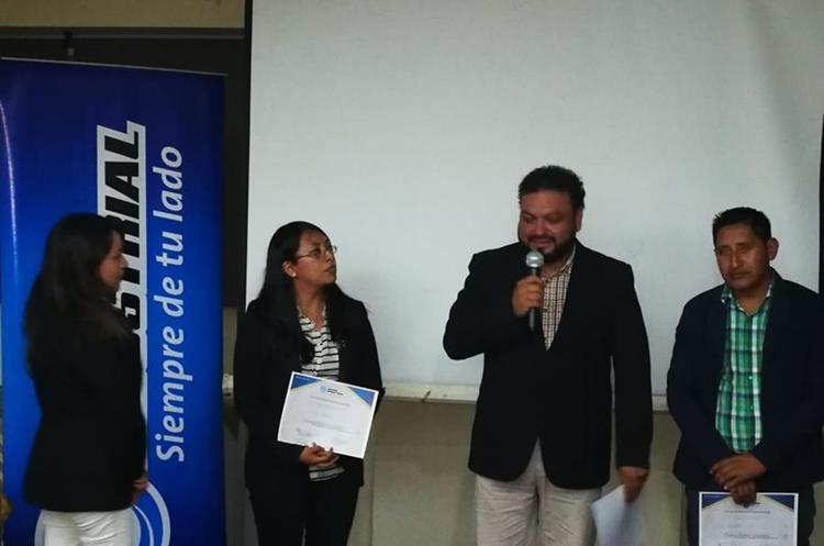 Periodista Raúl Barreno (centro), junto a otros comunicadores premiados.