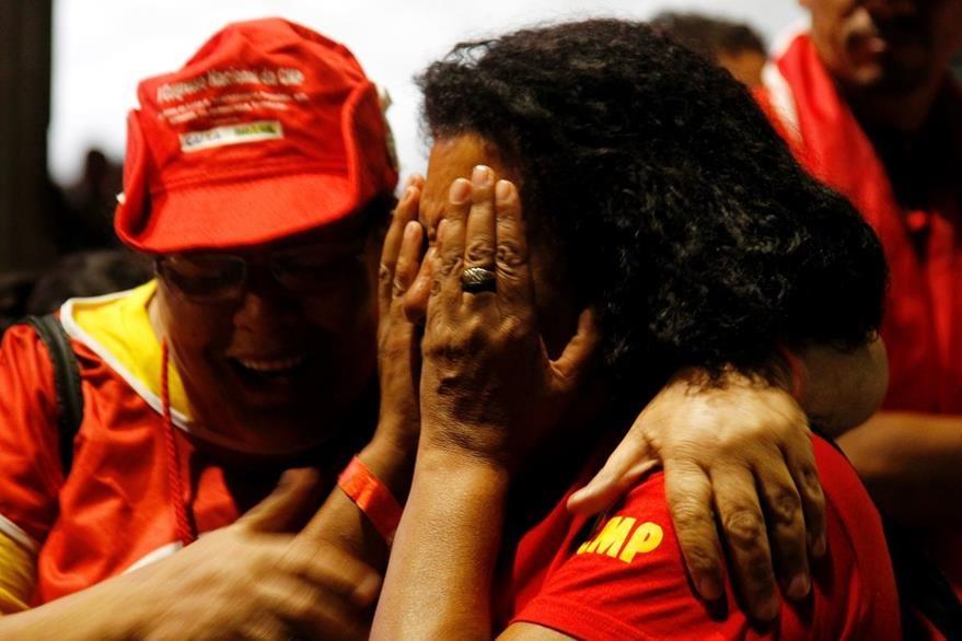 Seguidores de Dilma Rousseff lamentan resultado en la Cámara baja. (AFP)