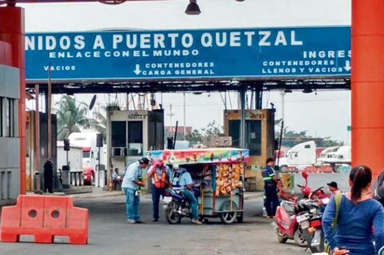 Gestores aduaneros independientes bloquearon ayer el ingreso a Puerto Quetzal, por inconformidad con registro que solicita la SAT. (Foto Prensa Libre: Cortesía)