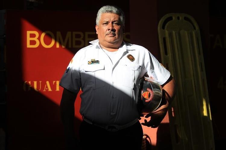 El oficial Juárez Fernández, hoy jefe de la cuarta compañía de Bomberos Voluntarios —estación La Parroquia—, nació en Mazatenango, Suchitepéquez, el 28 de julio de 1963, aunque toda su vida ha residido en la capital. Foto Prensa Libre: Esbin García.